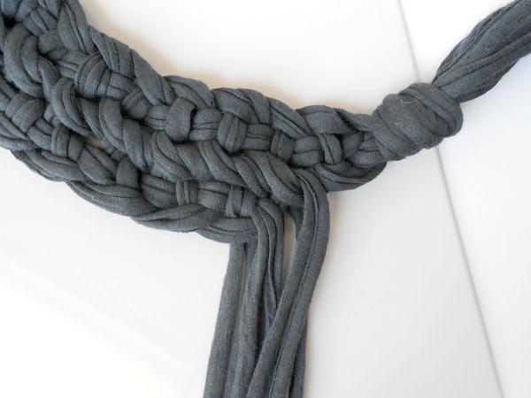 Второй ряд заканчиваем тоже за 1 узел до окончания первого, и тоже связываем все нити в один большой общий узел