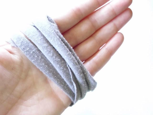 Наматываем каждое кольцо на распрямленные пальцы одной руки 3-4 раза, одновременно растягивая полоски