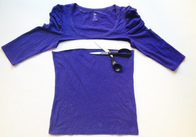 По линии от подмышки до подмышки отрезаем низ футболки