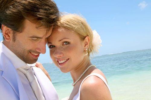 счастливая пара на отдыхе женится