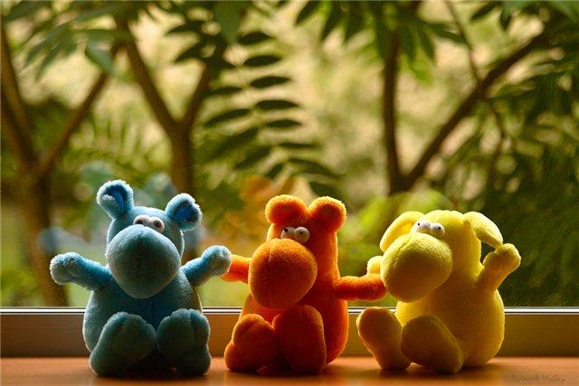 три игрушки на окне
