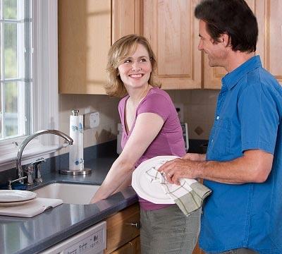 разделение ролей в браке: муж и жена моют посуду вместе