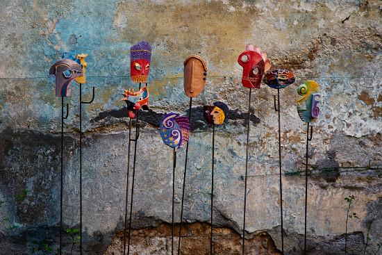 Орвието Италия удивительные уютные и волшебные улочки города красочные маски на шестах