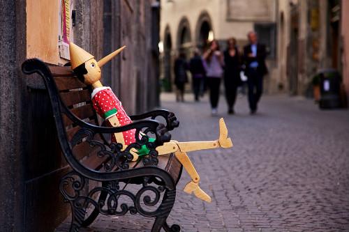 Орвието Италия удивительные уютные и волшебные улочки города буратино на скамейке