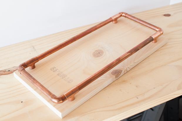 отцентрируйте основу стола на доске с тыльной стороны