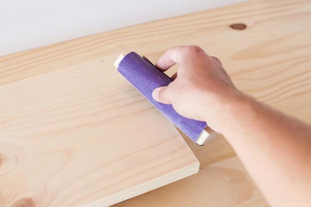 обработайте шкуркой любые грубые углы доски