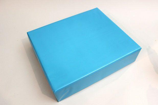 Стандартно оберните коробку с подарком упаковочной бумагой требуемого оттенка