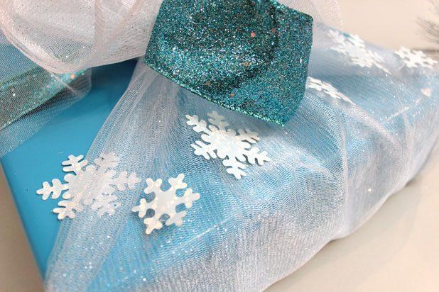 наклейте снежинки на органзу и несколько штук под нее на бумагу