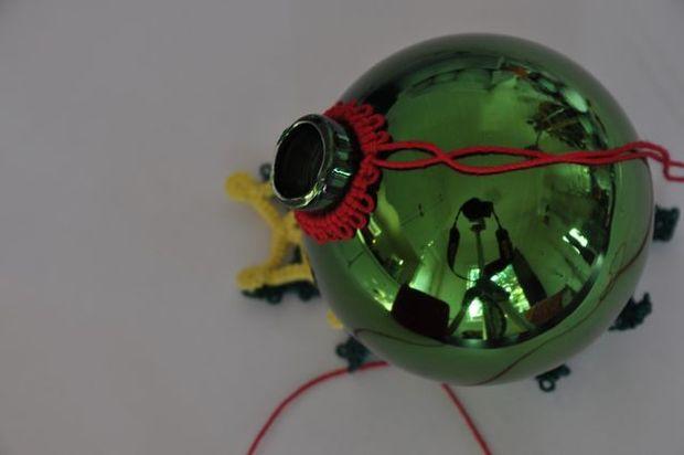 Как делать елочные игрушки своими руками: обвяжите пластиковые шары крючком