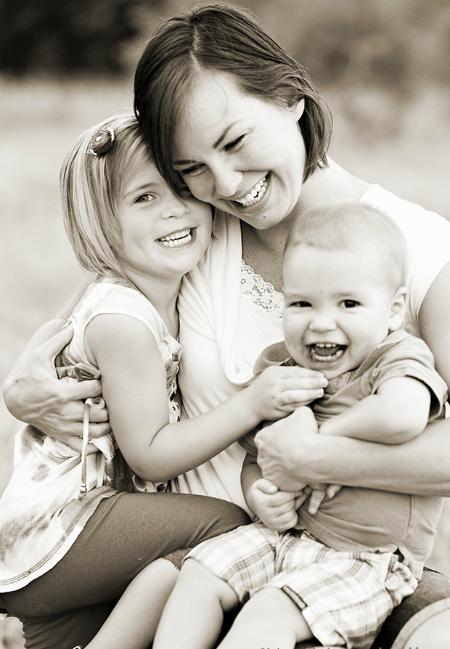 черно-белый снимок, мама обнимает детей
