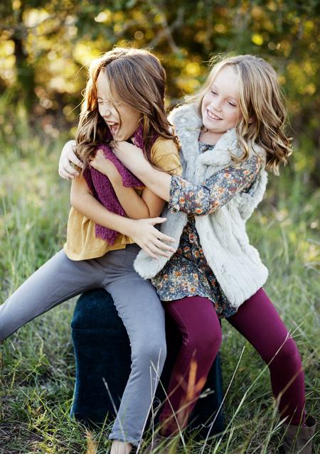 две девочки, щекотка, отличный снимок