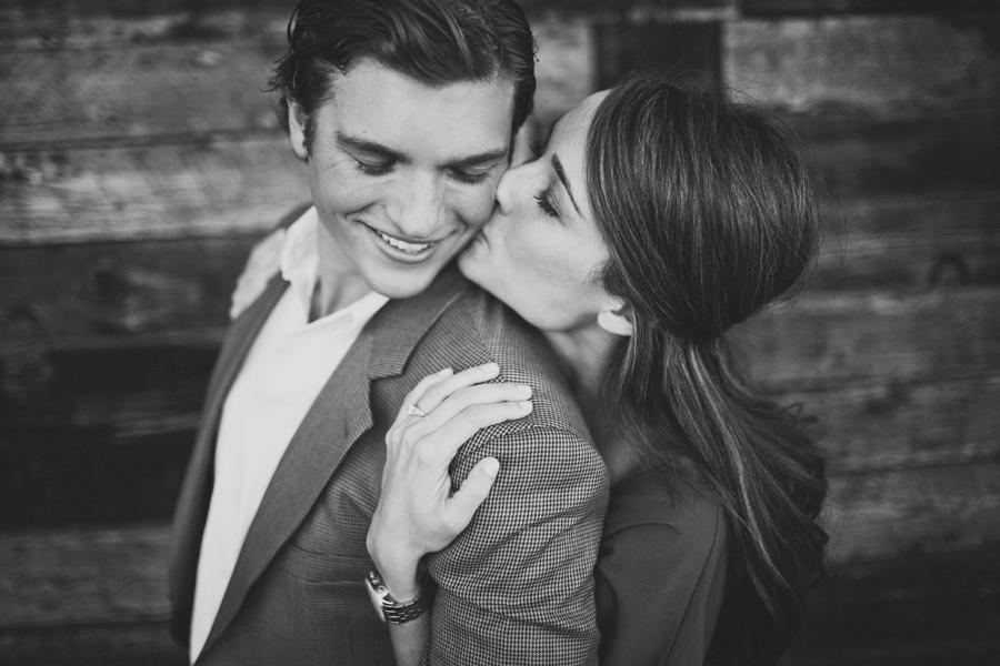 красивая пара, поцелуй в щеку