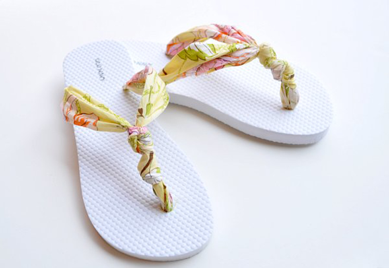 Грамотно выберите ткань – и получится вот такие элементарные в исполнении и просто очаровательные пляжные шлепки