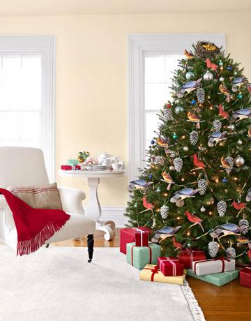 Окрашенные крупные шишки с зафиксированными сверху петлями вешаем на елку, как игрушки