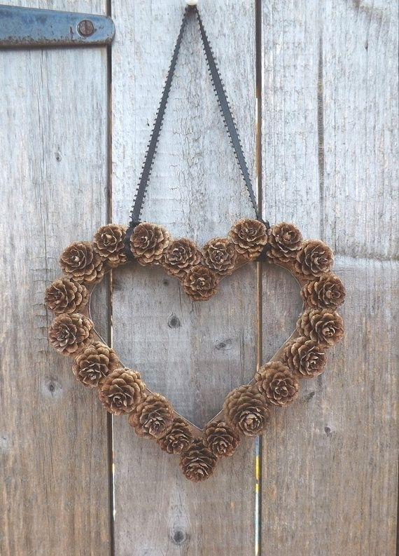 Очень популярные поделки – зимние праздничные венки из шишек: в форме сердечка
