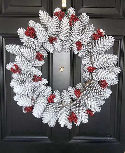 Очень популярные поделки – зимние праздничные венки из шишек: из окрашенных шишек с искусственными ягодами на ветках