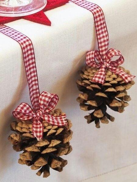 Как использовать шишки для украшения интерьера зимой: шишки на лентах с бантами сбоку праздничного стола