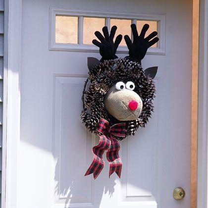 Очень популярные поделки – зимние праздничные венки из шишек: оленья морда