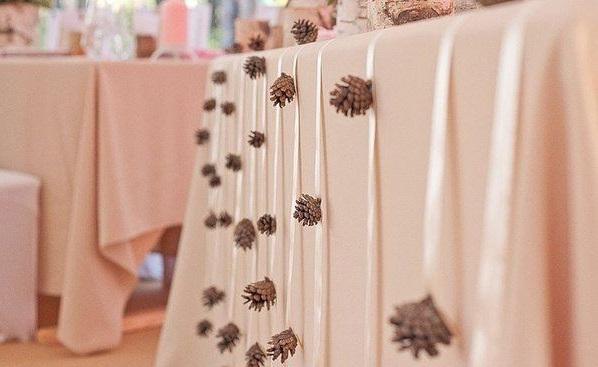Как использовать шишки для украшения интерьера зимой: гирлянды из шишек на лентах для украшения праздничного стола