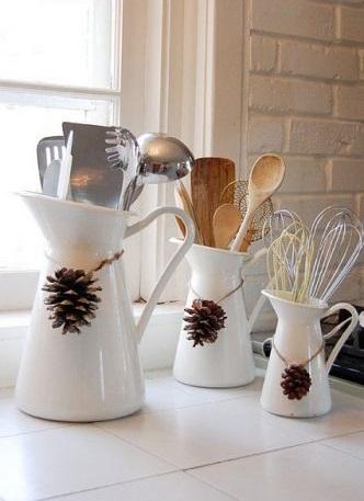 Очень просто и легко украшать шишками посуду