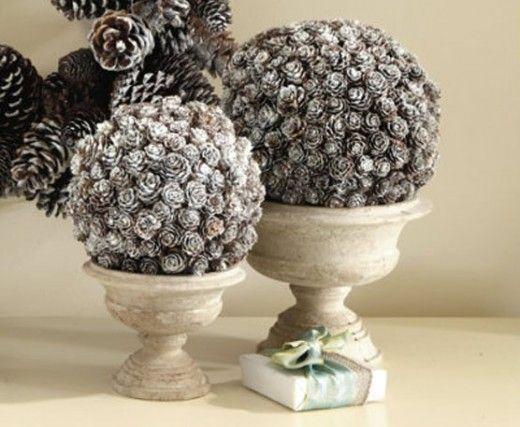 Берем пенопластовые шарики и на их основе создаем подвесные шары или топиарии из шишек