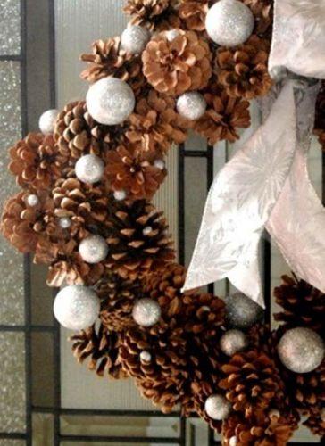 Очень популярные поделки – зимние праздничные венки из шишек: с серебряными елочными шарами