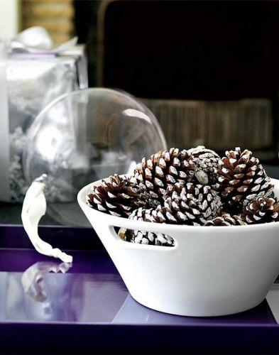 Грамотно подберите цвета краски для шишек и форму вазы/пиалы, и больше в принципе ничего не понадобится - припорошенные искусственным снегом шишки в керамической чаше