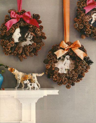 Очень популярные поделки – зимние праздничные венки из шишек: с бантами и вставленными фотографиями