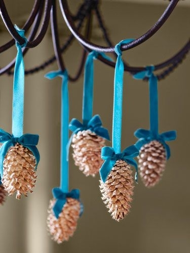 Как использовать шишки для украшения интерьера зимой: шишки на люстрах