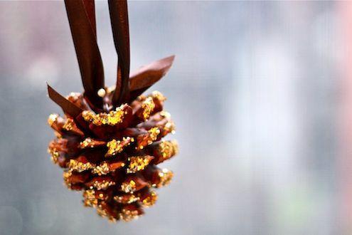 Как использовать шишки для украшения интерьера зимой: шишки на лентах с бантом