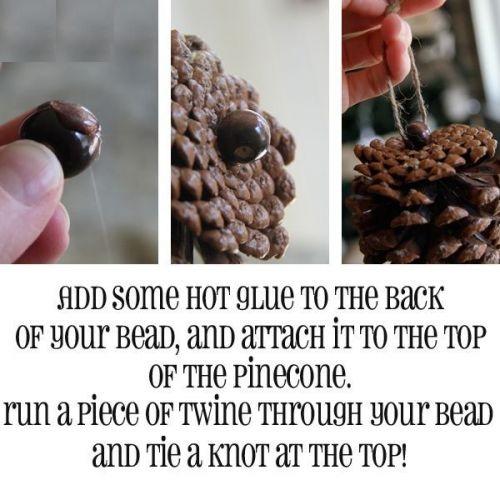 Как использовать шишки для украшения интерьера зимой: приклеиваем бусину на шишку, в бусину вставляем ленту или веревочку