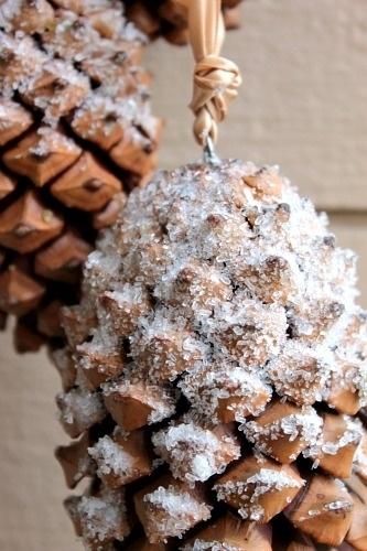 Вместо искусственного снега вы всегда можете использовать сахар или кристаллическую соль, посыпанную сверху на прозрачный клей
