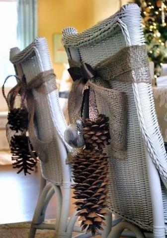 Украшение стульев шишками на лентах