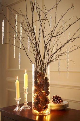Шишки в вазе с ветками, украшенными подвеская для елки