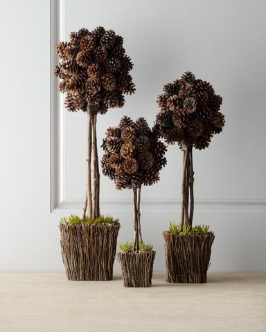 Берем пенопластовые шарики (их можно вырезать самостоятельно, и не обязательно очень ровные) и на их основе создаем подвесные шары или топиарии из шишек