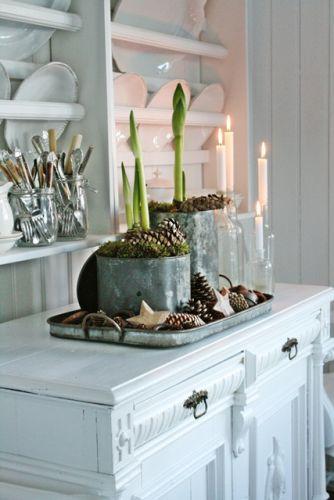 Или поставьте обычные подсвечники на поднос под серебро, а вокруг разложите в творческом беспорядке шишки или создайте их них композицию с использованием прочих даров природы в искусственной или натуральной форме