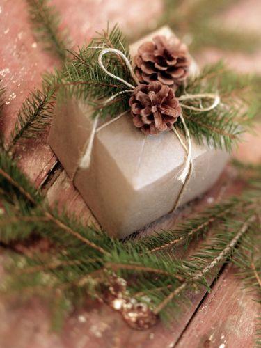 Шишки: упаковывание подарков и декорирование Новогоднего стола