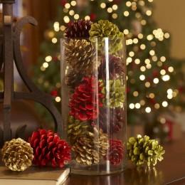 Вазы берем крупные, полностью прозрачные и без дополнительных деталей. Для них необходимы ярко окрашенные шишки - в цветах новогодних украшений