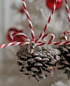 Украшаем шишками интерьер и елку: Подвески из шишек