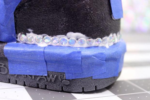 малой кисточкой понемногу (небольшими полосками) наносить второй слой клея и ставить на угги стразы с некоторым надавливанием