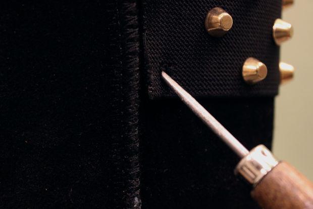 Шилом или еще чем-то острым и круглым проделайте в уггах отверстия по меткам