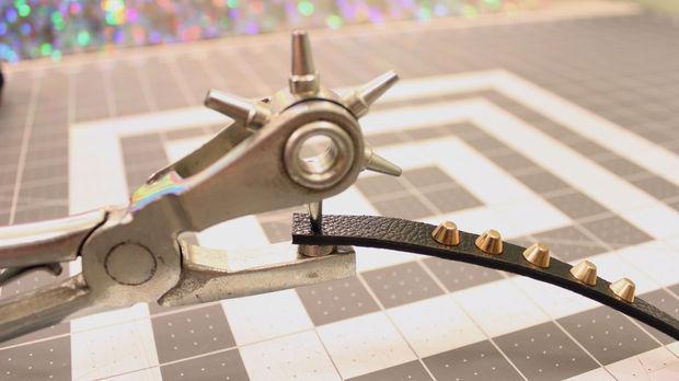 Специальным инструментом или тонким острым шилом проделайте отверстия по меткам на ремнях