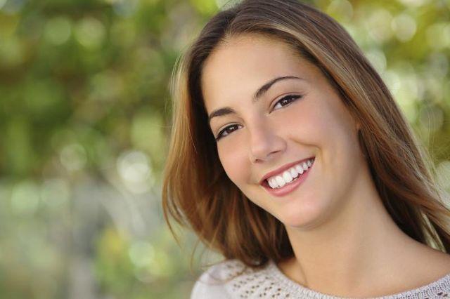 Как удалить зубной камень в домашних условиях: красивая белозубая улыбка у девушки