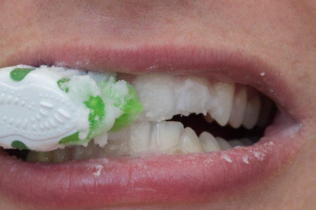Энергично обработайте зубы щеткой со смесью
