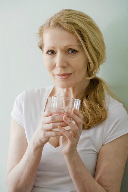 Питайтесь как следует, пейте воду больше и чаще - Как и почему надо ухаживать за зрелой кожей после 50 для красоты вне времени