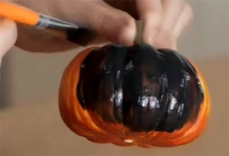покрасьте тыквы целиком черной акриловой краской