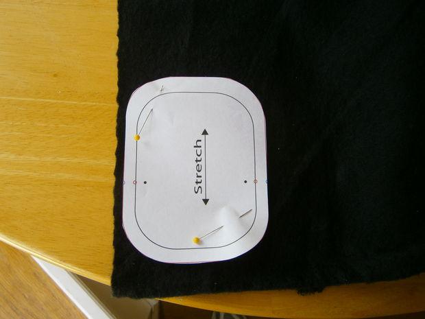 Из распечатанных бумажных выкроек выберите и вырежьте нужные размеры, приколите выкройки к ткани по линии растягивания