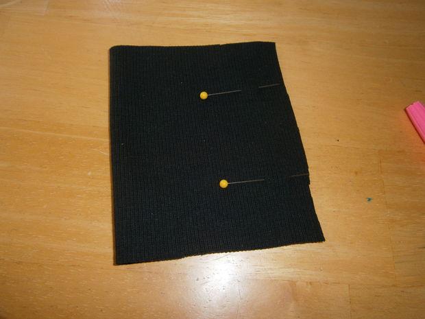Сложите полоски вязаных резинок пополам лицевой стороной внутрь