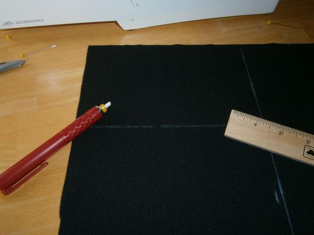 Нарежьте полосок из вязаной тянущейся ткани