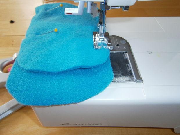 Приколите задние части варежек к передним (большие и маленькие детали яркого цвета), пристрочите детали по бокам